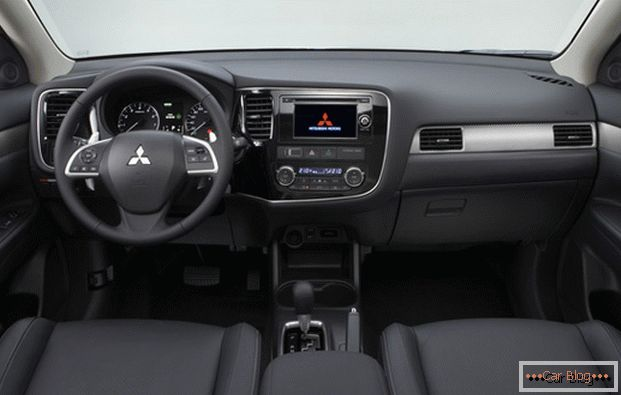 Inside the car Mitsubishi Outlander almost nothing to complain about