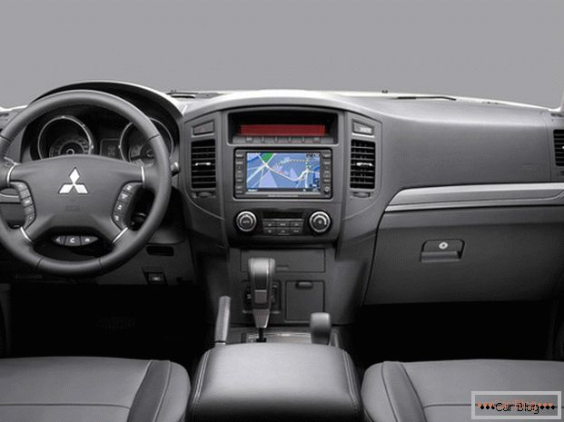 Mitsubishi Pajero boasts leather upholstered seats with convenient control elements.